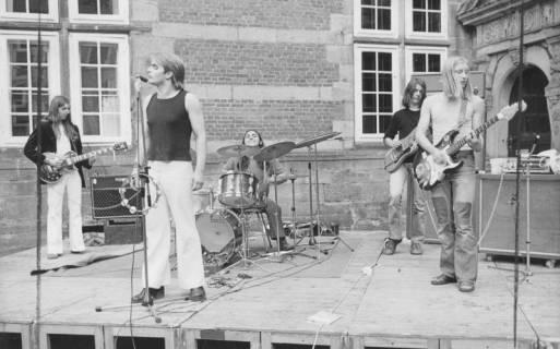 ARH Slg. Bartling 1797, Auftritt einer fünfköpfigen Rock-Band mit drei Gitarren, Sänger und Schlagzeug im Schosshof, Neustadt a. Rbge., 1974