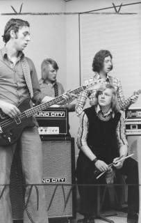 """ARH Slg. Bartling 1798, Auftritt der vierköpfigen Jugendband """"Nautilus"""" mit drei Gitarren und Schlagzeuger, Neustadt a. Rbge., um 1975"""