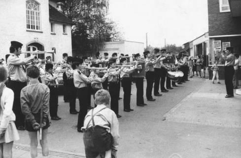 ARH Slg. Bartling 1831, Auftritt des Neustädter Fanfarenzugs der Freiwilligen Feuerwehr auf dem Platz zwischen den Häusern Wunstorfer Straße 16 und 16A (vor der Firma Hetebrügge und Weichbrodt), Neustadt a. Rbge., 1972
