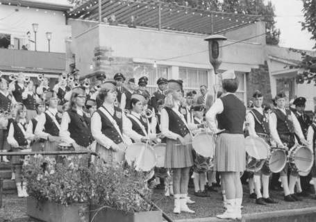 ARH Slg. Bartling 1832, Auftritt eines Steinhuder Fanfarenzugs vor dem Strandhotel Mardorf, um 1975