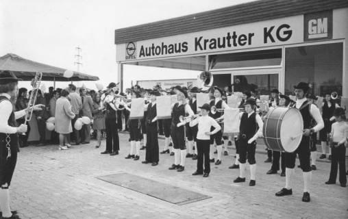 """ARH Slg. Bartling 1833, Auftritt des Fanfarenzugs der Neustädter Sportschützen """"Robin Hood"""" vor der Schaufront von Opel-Autohaus Krautter KG, Wunstorfer Straße 60, Neustadt a. Rbge., 1973"""
