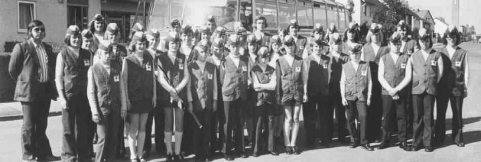 ARH Slg. Bartling 1835, Gruppenfoto des DRK-Musikzugs vor einem Reisebus am Großen Weg 17, Neustadt a. Rbge., 1973