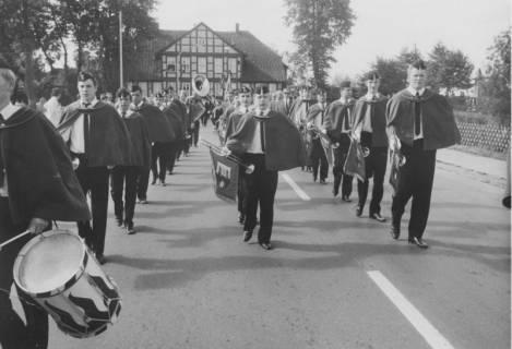 ARH Slg. Bartling 1837, Aufmarsch des Fanfarenzugs der Freiwilligen-Feuerwehr-Kapelle Neustadt auf der Suttorfer Straße, Blick nach Süden auf das Haus Hannoversche Straße 2, Neustadt a. Rbge., um 1975