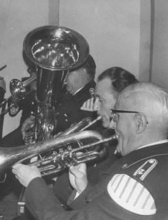 ARH Slg. Bartling 1838, Auftritt von drei Bläsern der Feuerwehrkapelle Neustadt in Uniform (1 Tuba, 2 Trompeten), Neustadt a. Rbge., 1972