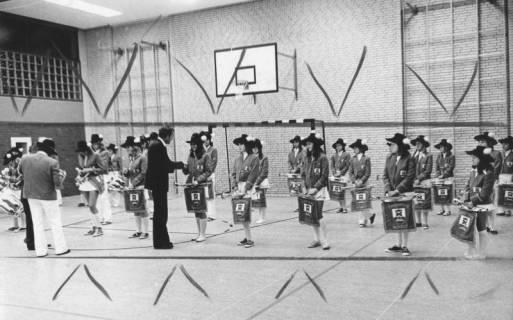 ARH Slg. Bartling 1839, Überreichung von Ehrenmedaillen an den Helstorfer Fanfarenzug durch Bürgermeister Fritz Temps in einer Turnhalle, Neustadt a. Rbge., 1974