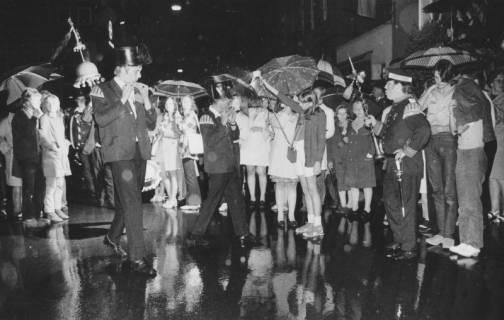 """ARH Slg. Bartling 1840, Zapfenstreich durch die """"Bärenmusiker"""" im Regen vor dem Alten Rathaus, Neustadt a. Rbge., 1971"""