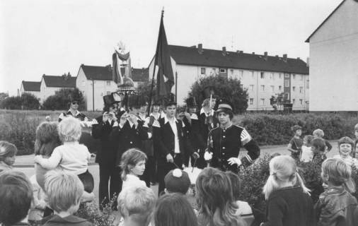 """ARH Slg. Bartling 1841, Einladung zum Schützenfest vor Kindern an der Arndtstraße (?) durch die stehenden """"Bärenmusiker"""", Neustadt a. Rbge., um 1970"""