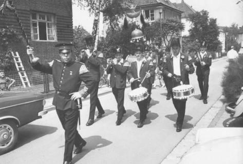 """ARH Slg. Bartling 1844, Einladung zum Schützenfest in der Leinstraße (??) durch die marschierenden """"Bärenmusiker"""", Neustadt a. Rbge., 1971"""