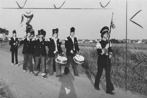 """ARH Slg. Bartling 1845, Einladung zum Schützenfest durch die marschierenden """"Bärenmusiker"""" am Stadtrand, Neustadt a. Rbge., 1974"""