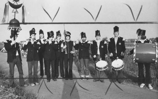 """ARH Slg. Bartling 1846, Gruppenfoto der """"Bärenmusiker"""" am Stadtrand, Neustadt a. Rbge., 1974"""