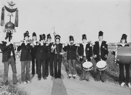 """ARH Slg. Bartling 1847, Gruppenfoto der """"Bärenmusiker"""" am Stadtrand, Neustadt a. Rbge., 1974"""