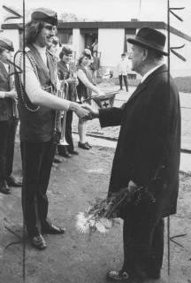 ARH Slg. Bartling 1848, Niedersächsischer Ministerpräsident a. D. und Präsident des DRK in Niedersachsen Georg Diederichs gratuliert dem Chef der Rote-Kreuz-Kapelle Neustadt Hoffmann, Neustadt a. Rbge., um 1975
