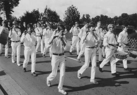 ARH Slg. Bartling 1849, Spielmannszug des Turn- und Sportvereins (TSV) Neustadt a. Rbge. (in Weiß) beim Marsch durch die Straße, Neustadt a. Rbge., um 1975