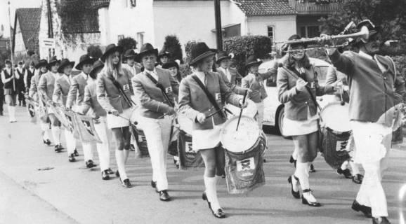 ARH Slg. Bartling 1850, Spielmannszug Helstorf als Gast der Schützenfestfeier beim Marsch durch die Straße, Neustadt a. Rbge., um 1975