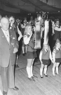 ARH Slg. Bartling 1851, Auftritt des Fanfarenzugs der Feuerwehr Neustadt (?) im Festzelt, links ein Ehrenmitglied, rechts zwei kleine Mädchen in Uniform, in der Mitte junges Mädchen mit Lyra, Neustadt a. Rbge., 1974