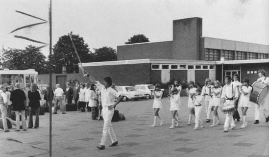 ARH Slg. Bartling 1854, Spielmannszug des TSV beim Vorbeimarsch an der Turnhalle des Gymnasiums, Neustadt a. Rbge., 1972