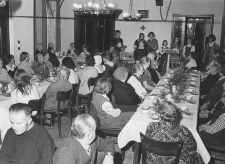 ARH Slg. Bartling 1855, Senioren an zwei langen Kaffeetafeln bei einer Adventsfeier, Neustadt a. Rbge., 1974