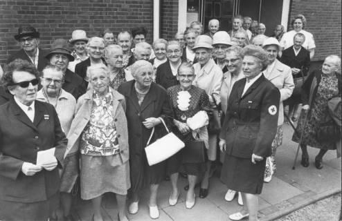 ARH Slg. Bartling 1861, Gruppe von Senioren in Begleitung von DRK-Schwestern auf einen Bus wartend, der sie zum Heimatzoo Grindau bringt, Blick auf einen Haupteingang, Neustadt a. Rbge., um 1970