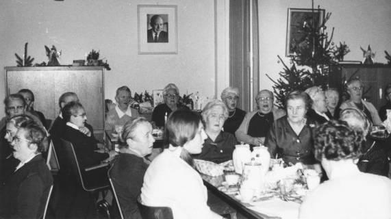 ARH Slg. Bartling 1864, Senioren an weihnachtlich geschmückter Kaffeetafel im DRK-Heim am Großen Weg, Neustadt a. Rbge., 1969