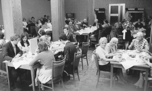 ARH Slg. Bartling 1865, Senioren an geschmückter Kaffeetafel im Hotel Scheve, Neustadt a. Rbge., um 1970
