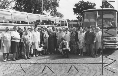 ARH Slg. Bartling 1870, Gruppe von Senioren der Arbeiterwohlfahrt (AWO) vor zwei Reisebussen, vorn in der Mitte knieend der Geschäftsführer Dörge, Neustadt a. Rbge., 1972