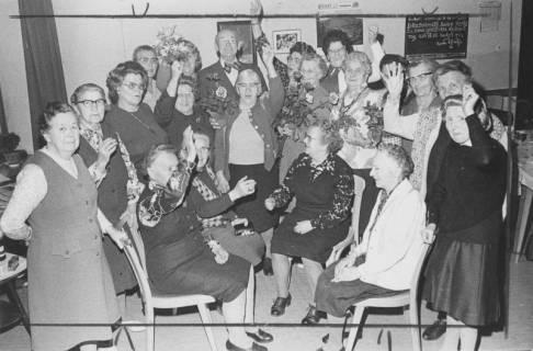 ARH Slg. Bartling 1888, Gruppe von Seniorinnen feiert den 75. Geburtstag von Martin Schleuß, Neustadt a. Rbge., 1974