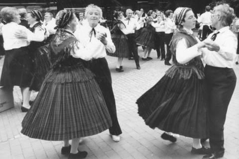 ARH Slg. Bartling 1889, Seniorinnen beim Tanz auf Straßenpflaster mit Frauen einer Trachtengruppe, Neustadt a. Rbge., um 1970