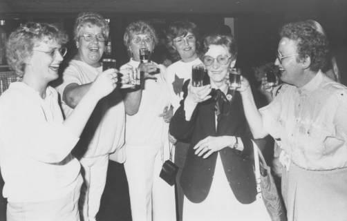 ARH Slg. Bartling 1897, Gruppe von sechs Damen stehend und anstoßend mit einem Glas, Neustadt a. Rbge., um 1975