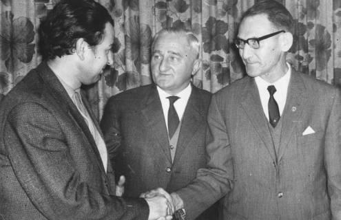 ARH Slg. Bartling 1903, Gratulation per Händedruck für Eugen Sühlo (Profilansicht) durch Fritz Hetebrügge und Dr. Walter Hoffmeister (v. l.), Neustadt a. Rbge., 1970