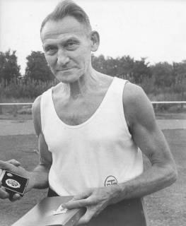 ARH Slg. Bartling 1904, Dr. Walter Hoffmeister (TSV) in Sportkleidung auf dem Sportplatz mit Ehren-Sportabzeichen in der Rechten, Neustadt a. Rbge., 1971