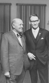 ARH Slg. Bartling 1905, Dr. Walter Hoffmeister und Heinz Hüper (TSV) in feierlichem Anzug mit Ehren-Sportabzeichen am Revers, Neustadt a. Rbge., 1971