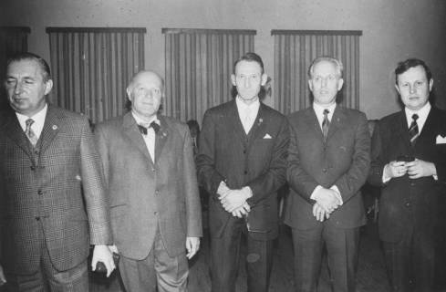 ARH Slg. Bartling 1906, Fünf Männer nebeneinander (v. l.: Ferlemann, Heinz Hüper, Dr. Walter Hoffmeister, Schwartz, Thielking) in feierlichem Anzug mit Ehren-Sportabzeichen am Revers, Neustadt a. Rbge., 1971