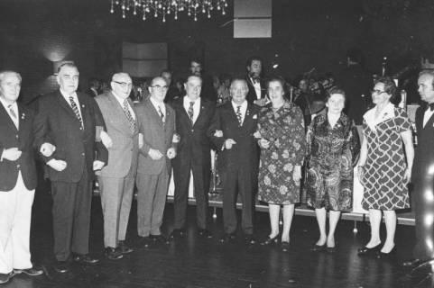 ARH Slg. Bartling 1907, Ehrung von zehn Jubilaren während einer Festveranstaltung des TSV nebeneinander vor der Bühne des FZZ stehend, Neustadt a. Rbge., 1973
