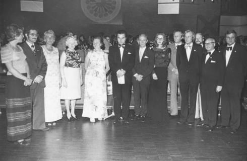 ARH Slg. Bartling 1908, Ehrung von dreizehn Mitgliedern während einer Festveranstaltung des TSV in festlicher Kleidung nebeneinander vor der Bühne des FZZ stehend, Neustadt a. Rbge., 1974