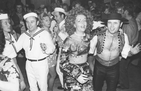 ARH Slg. Bartling 1912, Kostümierte Pärchen beim Karnevalstanz des TSV im Hotel Scheve, Neustadt a. Rbge., 1973