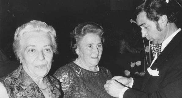ARH Slg. Bartling 1914, Ehrung von zwei älteren Damen durch Eugen Sühlo, Neustadt a. Rbge., um 1972