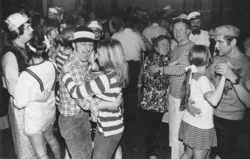 ARH Slg. Bartling 1917, Kostümierte Pärchen beim Karnevalstanz des TSV im Hotel Scheve, Neustadt a. Rbge., 1972