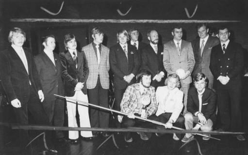 ARH Slg. Bartling 1918, Gruppenfoto mit nebeneinander stehenden und knienden Leichtathleten (mit quer gehaltenem Wurfspeer) im feierlichen Anzug, Neustadt a. Rbge., 1973