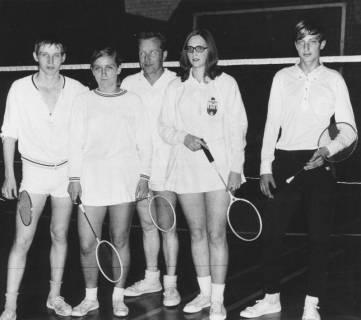 ARH Slg. Bartling 1919, Gruppe von drei Badmintonspielern und zwei Badmintonspielerinnen (stehend) in Sportkleidung und mit Schläger in einer Turnhalle, Neustadt a. Rbge., 1969