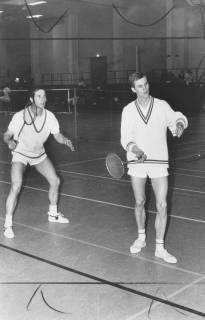 ARH Slg. Bartling 1921, Badmintonspieler beim Doppelspiel in einer Turnhalle, Neustadt a. Rbge., um 1970