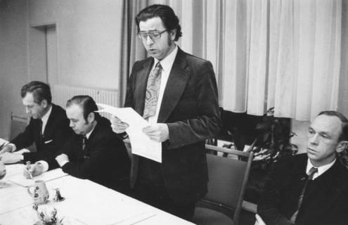 ARH Slg. Bartling 1925, Vier Männer am Vorstandtisch sitzend (v. l.): Franz Strasser, Helmut Tanner, Eugen Sühlo (stehend), Kurt Rohde, Neustadt a. Rbge., 1973