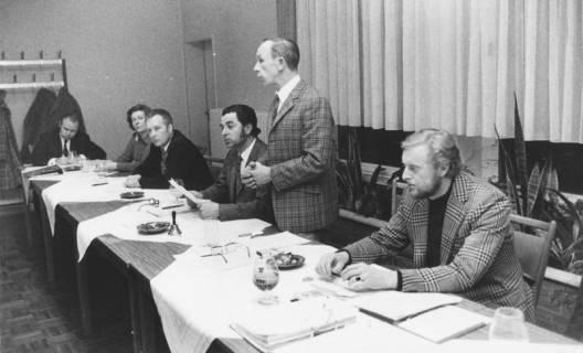 ARH Slg. Bartling 1926, Fünf Männer und eine Frau am Vorstandtisch sitzend (v. l.): Helmut Tanner, N. N., Segatz, Eugen Sühlo, Kurt Rohde (Turnwart, stehend), Bernd Möller, Neustadt a. Rbge., um 1975