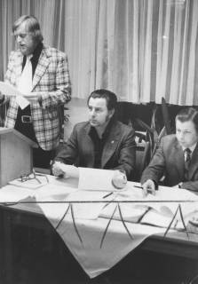 ARH Slg. Bartling 1927, Drei Männer hinter dem Vorstandstisch (v. l.): Bernd Möller (stehend am Pult), Eugen Sühlo (sitzend), Kirchner, Neustadt a. Rbge., 1974