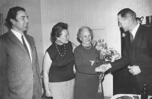 ARH Slg. Bartling 1929, Gratulation der Frauen Pucker und Hetebrügge (Mutter und Tochter) mit Handschlag und Überreichung eines Blumenstrausses durch die TSV-Vorsitzenden Dr. Walter Hoffmeister (r.) und Eugen Sühlo (l.), Neustadt a. Rbge., 1970