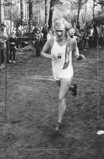 ARH Slg. Bartling 1932, Detlev Rohde vom TSV Neustadt beim Birkhahnlauf in Schneeren, am Rande viele (vor allem junge) Zuschauer, Neustadt a. Rbge., 1973