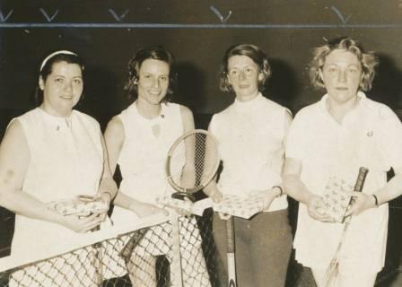 ARH Slg. Bartling 1933, Gruppenporträt mit vier Damen der Tennisabteilung des TSV Neustadt mit Schläger und einem weihnachtlich verpackten Buchgeschenk in der Hand, Neustadt a. Rbge., 1972