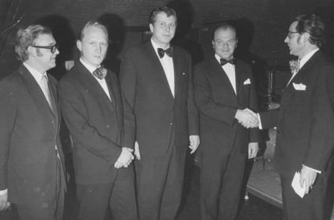 ARH Slg. Bartling 1934, Eugen Sühlo (rechts) gratuliert vier Sportlern des Jahres in feierlichem schwarzen Anzug, Neustadt a. Rbge., 1972