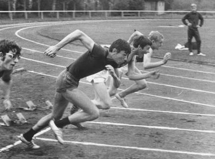 ARH Slg. Bartling 1939, Vier Sprinter beim Start auf der Laufbahn des TSV-Sportplatzes, Blick vom Außenrand, Neustadt a. Rbge., 1969