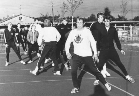 ARH Slg. Bartling 1940, Leichtathleten beim Aufwärmtraining auf dem Sportplatz, Luthe, ohne Datum