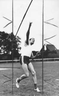 ARH Slg. Bartling 1941, Leichtathlet Liebe beim Abwurf eines Speers auf dem TSV-Sportplatz, Neustadt a. Rbge., 1970